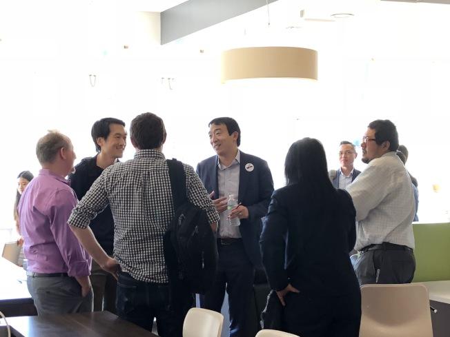 楊安澤(左四)在波士頓籌款晚會上與本地居民交流。(記者劉晨懿之/攝影)