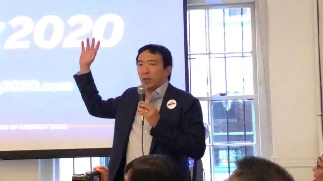 楊安澤在波士頓籌款晚會上介紹經歷和政見。(記者劉晨懿之/攝影)