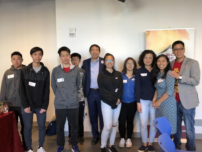 早前宣布參選美國總統的楊安澤(左五)到波士頓參與華埠社區聯盟年度派對。圖為楊安澤與部分到場者合影。(記者劉晨懿之/攝影)