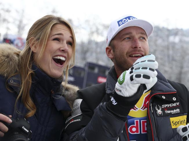 美國奧運滑雪金牌名將米勒(右)和他的妻子摩根.貝克(左)。(美聯社)