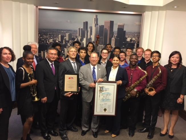 洛杉磯哈密頓高中爵士樂隊應邀到中國成都和上海進行為期12天的表演和交流。中國駐洛杉磯總領館和洛杉磯市議會,同時表彰對美中文化交流做出貢獻的商會、航空公司和企業等。(記者楊青/攝影)