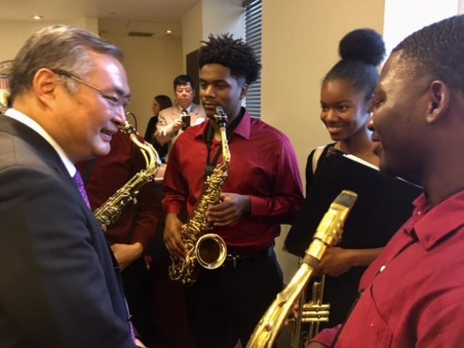 張平總領事與洛杉磯哈密頓高中爵士樂隊的樂手們愉快交談。(記者楊青/攝影)