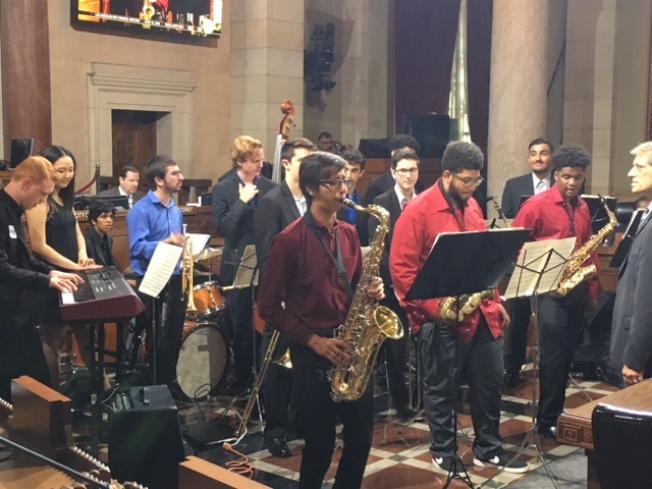 洛杉磯哈密頓高中爵士樂12日在洛杉磯市政大廳表演。(記者楊青/攝影)