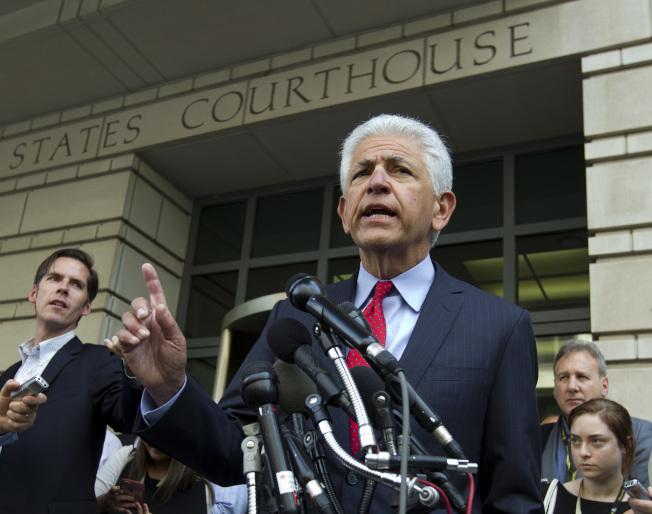 律師Daniel Petrocelli代表AT&T獲得勝訴後舉行記者會。(美聯社)