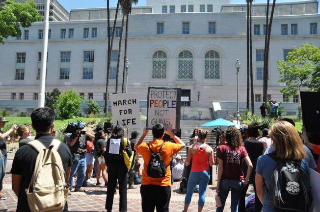 有近100人在洛杉磯市政廳前抗議。(記者王若然 / 攝影)