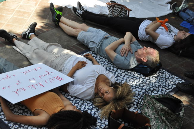 人們以靜躺的方式抗議。(記者王若然 / 攝影)