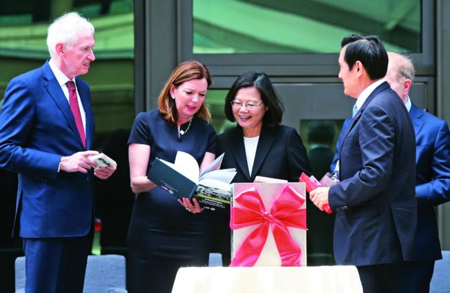 AIT新館12日落成,台灣的蔡英文總統(右三)與美國國務院教育文化事務助理國務卿羅伊斯(左二)互動良好,與會貴賓一同進行時空膠囊放置儀式,前總統馬英九(前右)也受邀上台。(記者林俊良/攝影 )