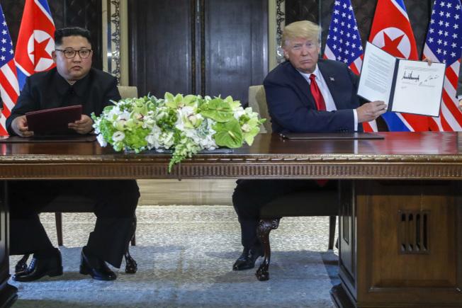 川普總統與北韓金正恩12日在聖淘沙的嘉佩樂酒店,簽署共同聲明。(美聯社)