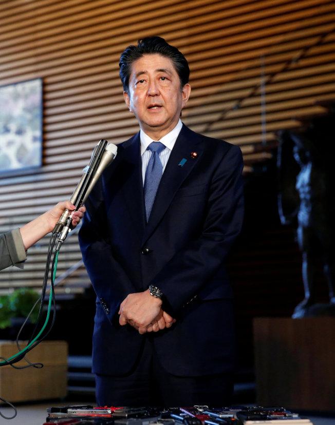 日本朝野對川普總統有關停止美韓軍演的談話感到意外震驚。圖為日本首相安倍晉三12日在川普記者會後,對日本媒體發表談話。(路透)