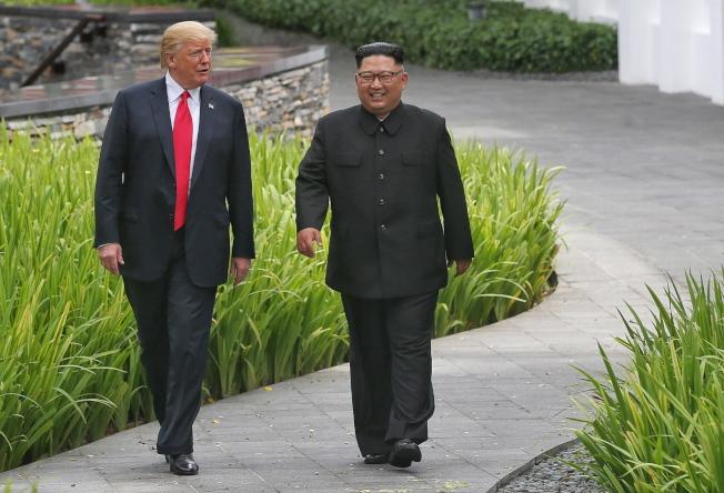 川普總統12日在記者會上表示「信任」金正恩。圖為兩人12日在新加坡工作會談午餐後,共同在庭院漫步。(歐新社)