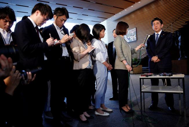 日本首相安倍12日在川普記者會後,對日本媒體發表談話。(路透)