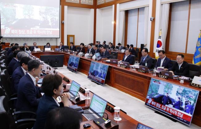 韓國政府對川金會高度關切,總統文在寅12日與內閣閣員共同收看川金會的過程。(歐新社)