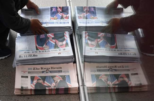 美國各大報均在頭版顯著報導川金會。(美聯社)
