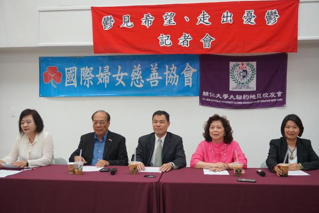 周燕霞(右二)表示,由於30多年來接觸過許多青少年活動,發現青少年因為情緒問題,導致罹患憂鬱症的人數年年增加,右三為華僑文教服務中心黃主任正杰。(記者林群/攝影)
