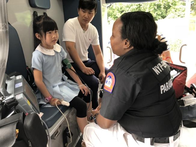 小朋友體驗救護車上的醫療服務。(記者朱蕾/攝影)