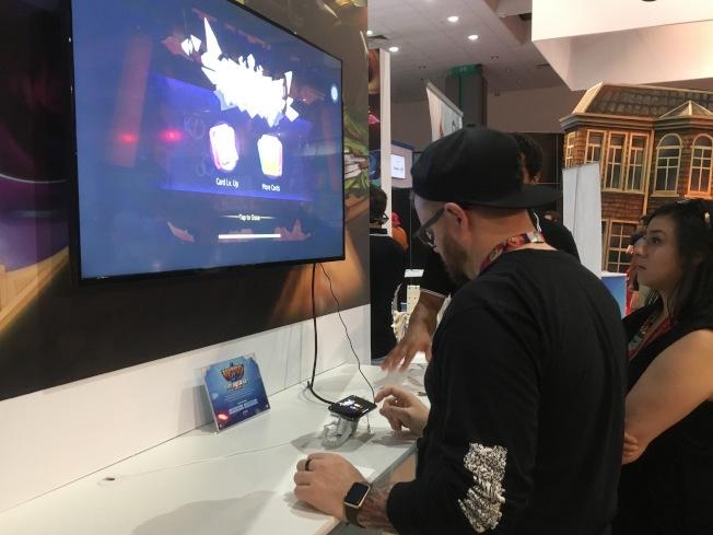許多美國人詢問心願互動遊戲廠商《WizardLord》的遊戲內容。(記者謝雨珊/攝影)
