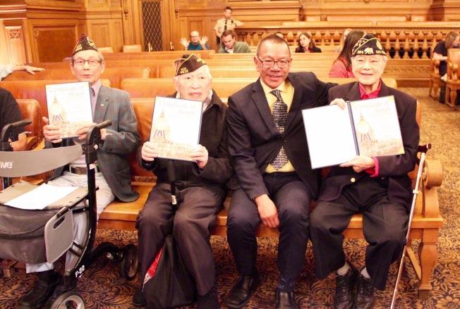 余鼎昂(右二)向三位二戰華裔老兵頒發證書。(記者李晗 / 攝影)