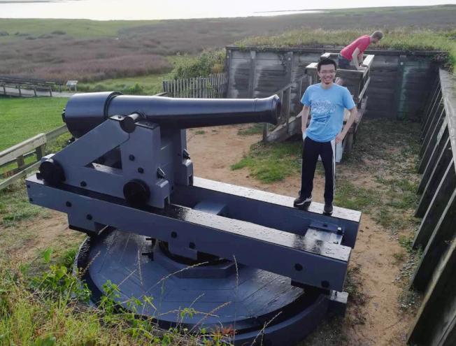 趙子贍參觀威名頓(Wilmington)戰艦,留下在世最後身影。(趙耀提供)
