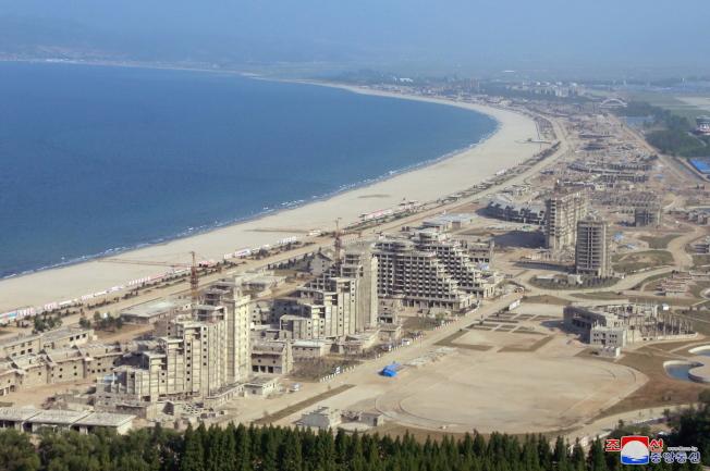 川普總統在12日新加坡記者會上提到北韓沿海風景美麗,可做房地產開發。今年5月照片顯示,北韓沿海的港都元山市及葛麻市,都是有待開發的觀光旅遊區。(歐新社)