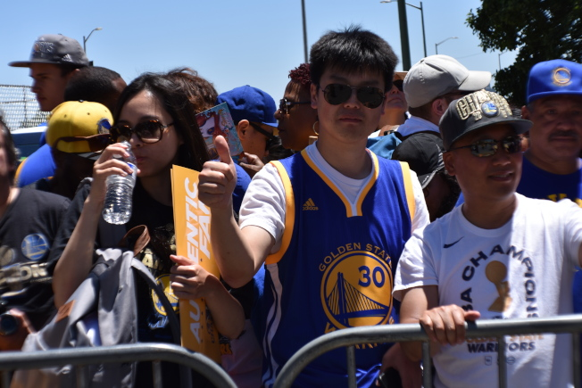 華裔球迷Colin Zhang相信勇士隊明年可以完成三連冠偉業。(記者黃少華/攝影)