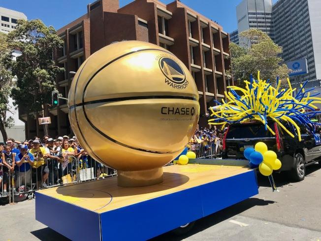 代表勇士隊奪冠的金色籃球花車。(記者黃少華/攝影)