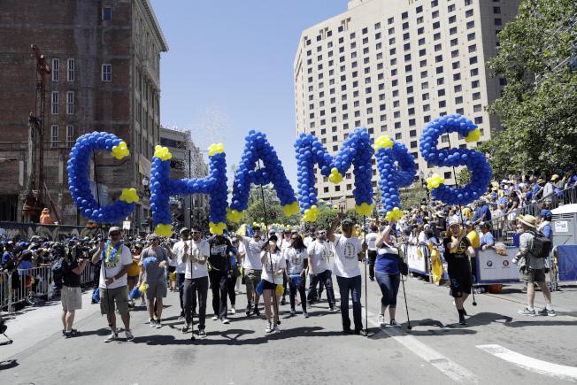 球迷用氣球編成「冠軍」(Champs),慶祝勇士三度奪冠。(美聯社)