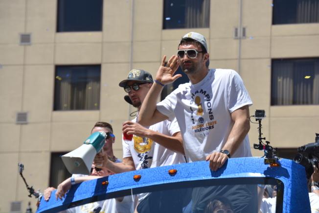 帕楚利亞和湯普森同坐一輛花車。他聽到球迷歡呼,還做手勢希望聲音大一些。(記者劉先進/攝影)