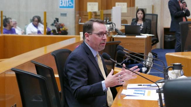 洛杉磯縣選務處長洛根向縣政委員們匯報情況。(記者李雪/攝影)