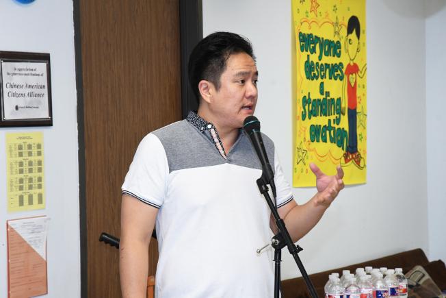 愛心組織2018會長馬健在說明會上介紹捐贈學校對象。(特約記者謝慕舜/攝影)
