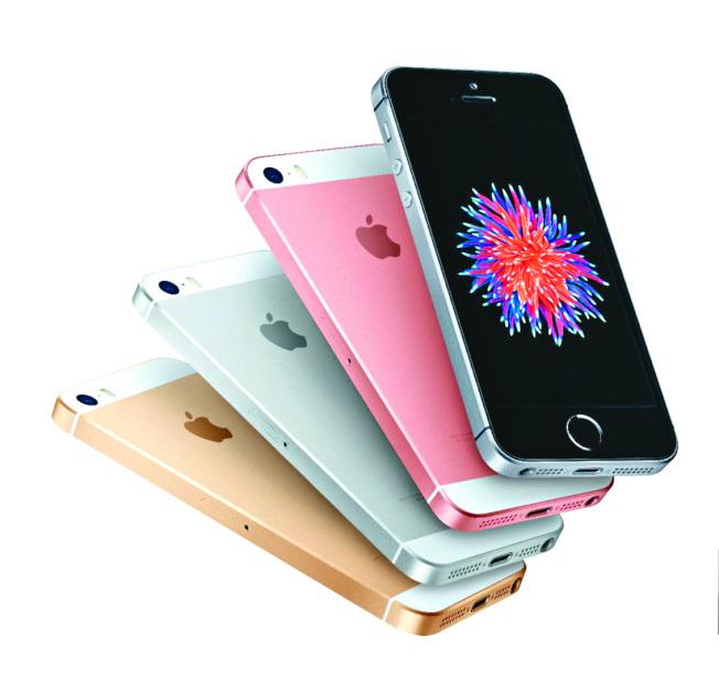 iPhone SE2未在2018 WWDC上發布,讓許多果粉感到失望,但據傳該機將在6月15日於蘋果官網開賣,圖為第一代SE。(本報資料照片)