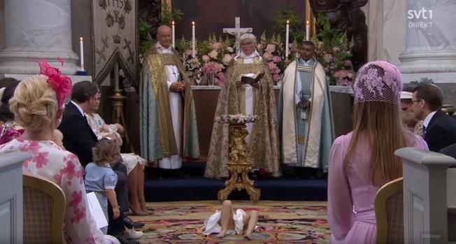 瑞典公主萊奧諾爾8日參加妹妹艾德莉安小公主洗禮儀式,在進行約一小時的時候開始無聊到滿地打滾,讓媽媽瑪德琳公主滿臉尷尬。(取材自svt1)