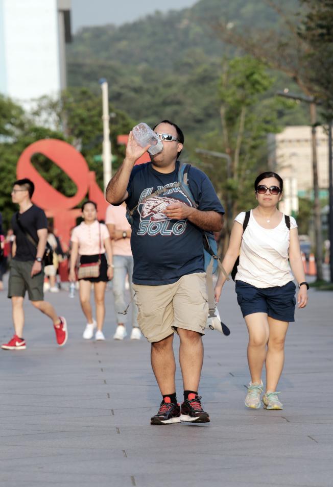 在豔陽高照下,一定要多喝水降溫,預防脫水中暑。(本報資料照片)