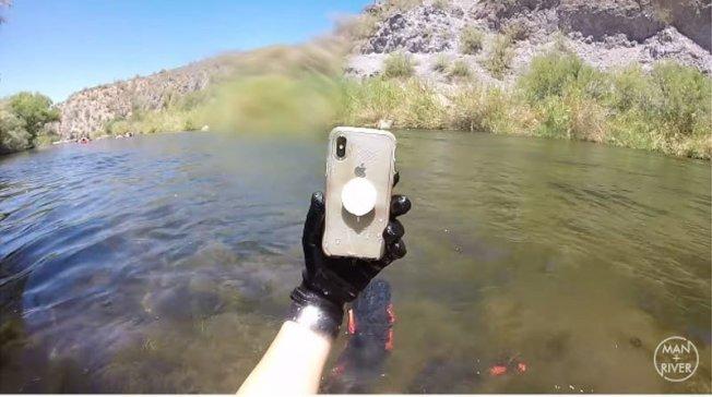 國外有位iPhone X用戶不小心將手機掉進河中,過了兩星期竟接到原本號碼的來電。 圖擷自Man + River youtube