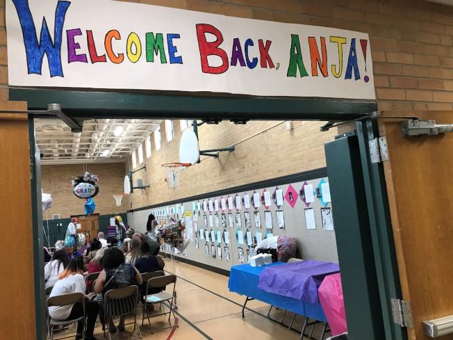 同學們特別在教室門口,貼上「歡迎回來」的海報,迎接阿妮雅回到學校。(張美琪提供)