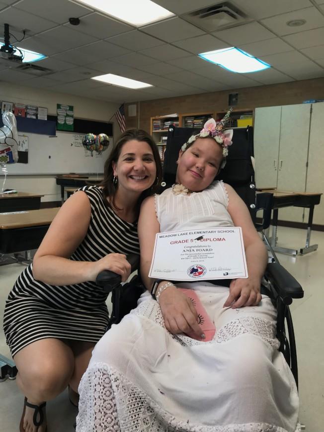 阿妮雅領到畢業證書後,與五年級老師奧爾尼(Desiree Oneil)合影。(張美琪提供)