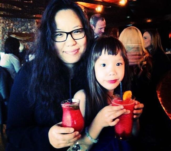 張美琪(左)說,阿妮雅(右)生病前是個開心可愛的小女孩。(張美琪提供)