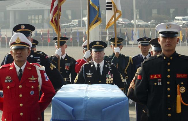 韓戰陣亡的一具美軍遺骸2003年2月在聯合國儀隊護送下,在韓國境內的美國陸軍龍山基地轉交給美方,送回美國安葬。川金會12日簽署的聯合聲明其中有關北韓應允送回韓戰美軍遺骸的內容,最為具體。(美聯社)