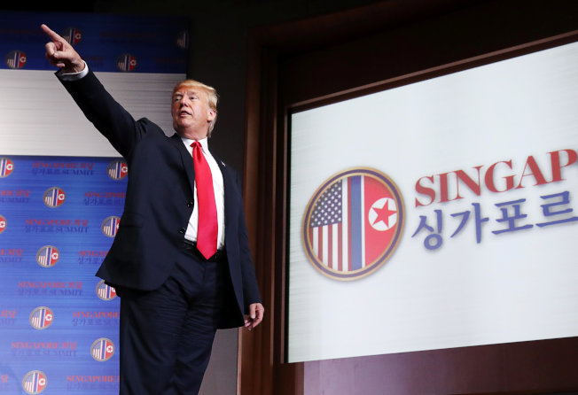 川普總統12日川金會後在新加坡國際記者會上語出驚人,表示要停止行之有年的美韓例年的聯合軍演。(路透)
