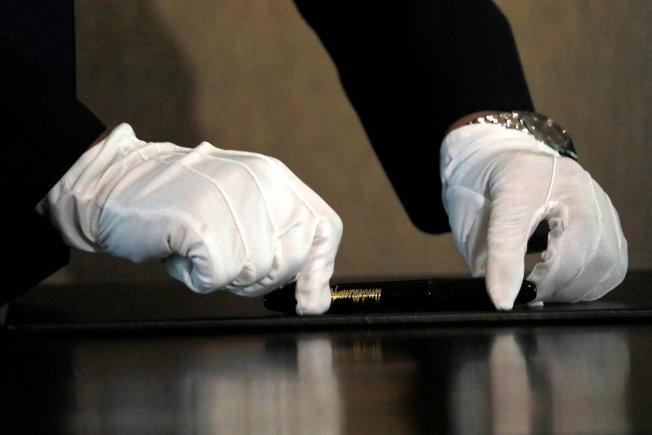 金正恩簽署使用的筆。(路透)