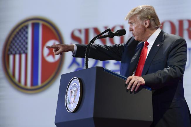 川普總統12日川金會後在新加坡國際記者會上語出驚人,表示要停止行之有年的美韓例年的聯合軍演。(美聯社)