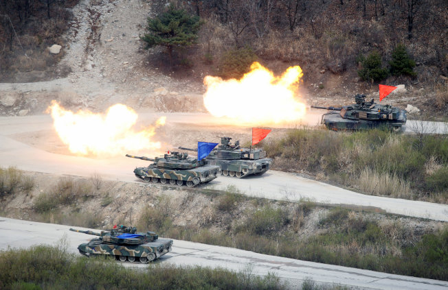 川普總統12日在新加坡記者會上出人意外表示,將要停止行之有年的美韓聯合軍演。圖為去年4月韓軍與美軍舉行聯合實戰軍事演習。圖為韓軍的K1A1坦克與美軍 M1A2 坦克。 (路透)
