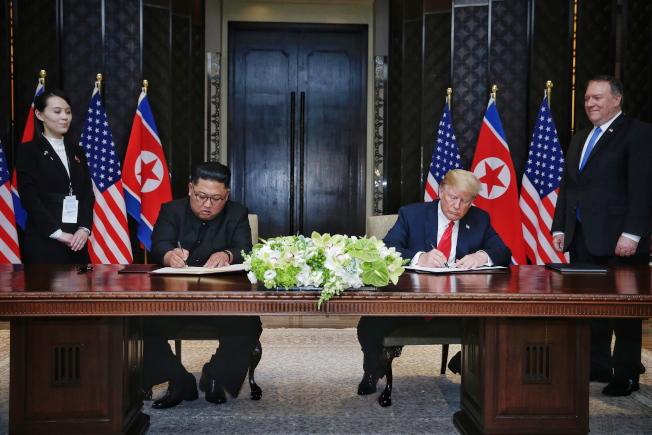 川普總統與北韓領導人金正恩12日在新加坡聖淘沙的嘉佩樂酒店舉行會談後,雙方簽署聯合聲明。左一為金正恩之妹金與正,右為美國務卿龐培歐。(歐新社)
