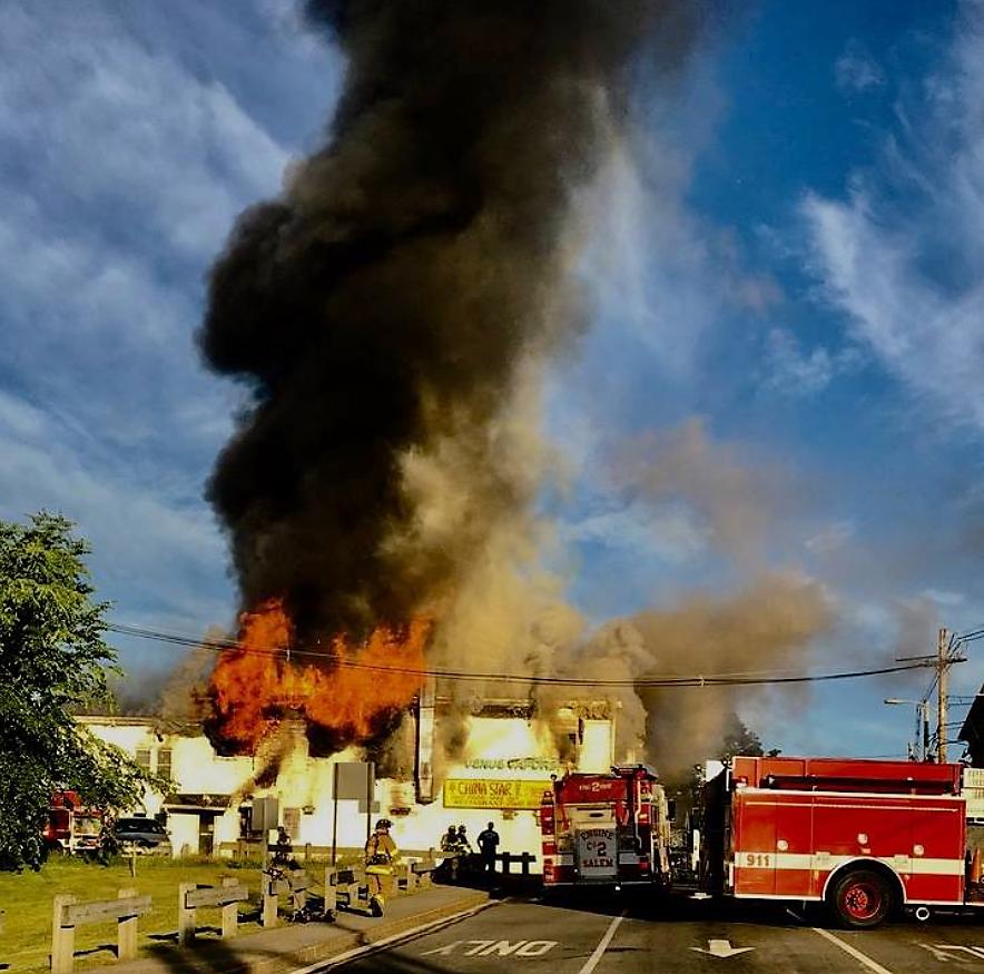 新罕布夏州塞冷市「華星」中餐館所在樓宇被大火吞噬和倒塌。(取自塞冷市警察局臉書)