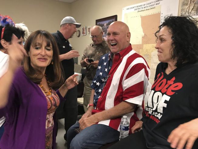 在內華達州經營數家合法妓院的霍夫(右二),12日於共和黨黨內初選勝出,與他一同慶祝的是素有「好萊塢淫媒夫人」之稱的海蒂‧費列斯(右一)。(美聯社)