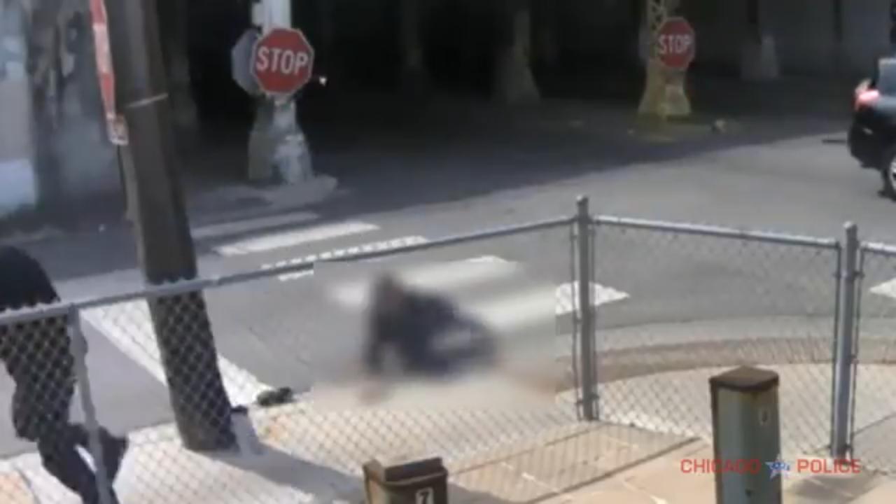 芝加哥警局公布62歲華婦日前光天化日下,在26街夾史都華街口遭搶情形。(芝加哥警局影片截圖)