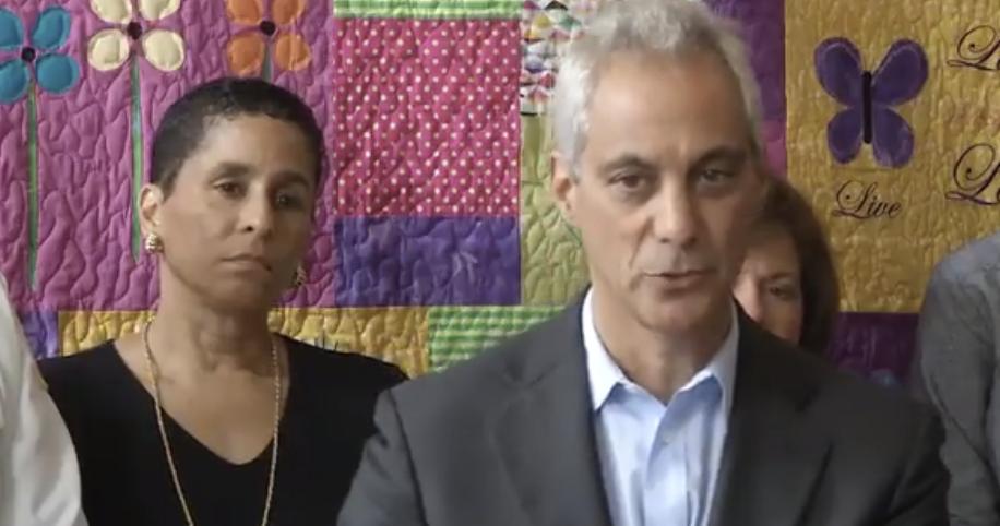 伊曼紐(右)計畫對芝市房屋共享行業再度徵稅,幫助家暴受害人提供住所和支持服務。(取自伊曼紐推特視頻截圖)