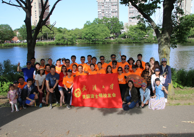 武漢大學校友隊今年首次獨立組隊參加波士頓香港龍舟賽。圖為隊員、校友與親友合影。(武大校友隊提供)