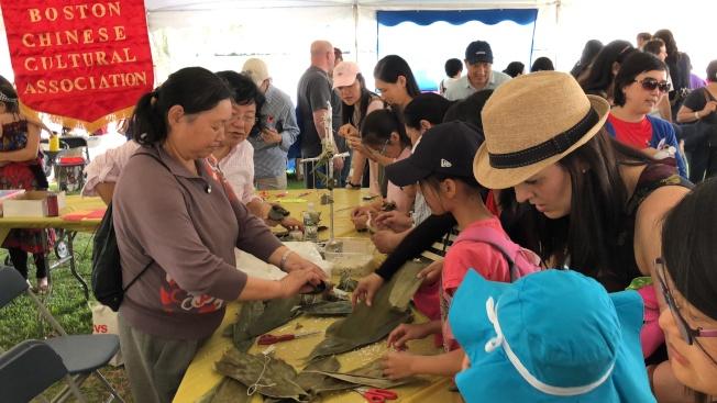 2018年度波士頓香港龍舟節,包粽子教學廣受歡迎。(記者劉晨懿之/攝影)
