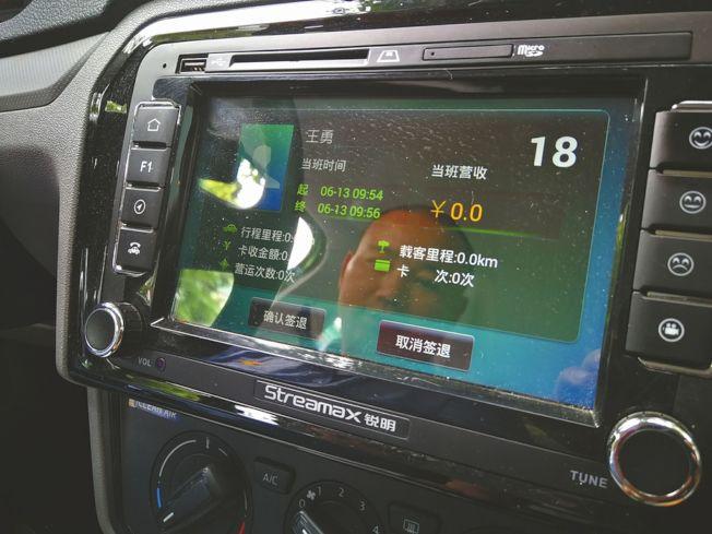 計程車安裝人臉識別系統,人車一致才能打表計費,開始營運。(取材自華西都市報)