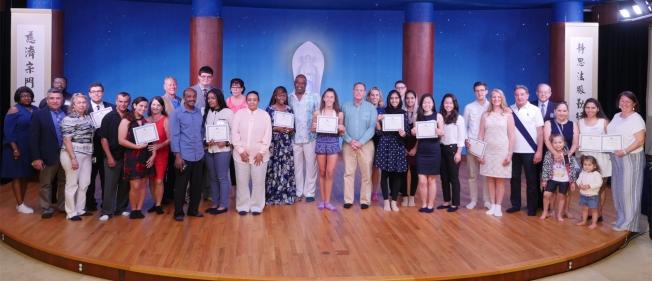 獲得慈濟獎學金的學生與家長合影。(慈濟新州分會提供)